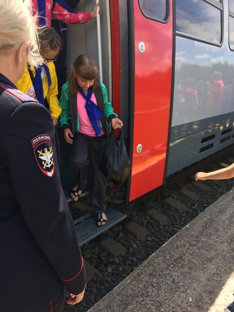 7 768x1024 - Дети едут на отдых в лагерь на пригородном поезде