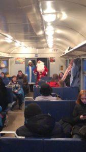 7sf7ut45ytq 1 169x300 - В пригородных поездах АО «Саратовская ППК» Дед Мороз и Снегурочка поздравляют пассажиров с наступающим Новым годом!