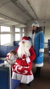 98h7xyqwbxk 1 169x300 - В пригородных поездах АО «Саратовская ППК» Дед Мороз и Снегурочка поздравляют пассажиров с наступающим Новым годом!