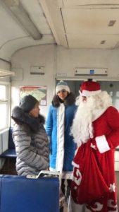 slyratp8krk 1 169x300 - В пригородных поездах АО «Саратовская ППК» Дед Мороз и Снегурочка поздравляют пассажиров с наступающим Новым годом!
