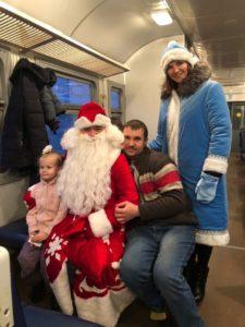 wb f01dogbo 1 225x300 - В пригородных поездах АО «Саратовская ППК» Дед Мороз и Снегурочка поздравляют пассажиров с наступающим Новым годом!