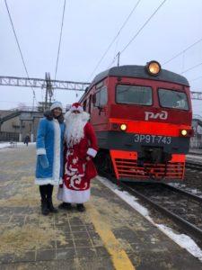 xeifbqje2hm 1 225x300 - В пригородных поездах АО «Саратовская ППК» Дед Мороз и Снегурочка поздравляют пассажиров с наступающим Новым годом!