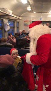 yyb8ush665y 1 169x300 - В пригородных поездах АО «Саратовская ППК» Дед Мороз и Снегурочка поздравляют пассажиров с наступающим Новым годом!